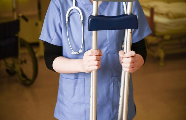 松葉杖の簡単な初歩や基本的な使い方・利用方法・仕様方法・やり方